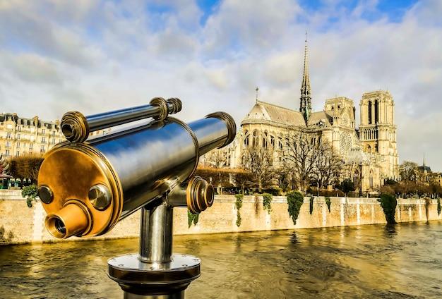 Verrekijker kijkt uit over een gebouw in parijs, frankrijk