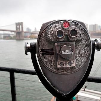 Verrekijkers op riverbank in de stad van manhattan, new york, de vs