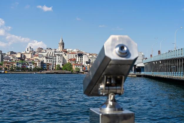 Verrekijkers voor toeristen en panoramisch uitzicht op de galata-toren, de galata-brug in istanbul