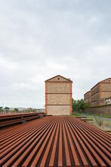 Verroeste ijzeren treinrails en balken op het treinstation monfrague palazuelo empalme in malpartida de plasencia