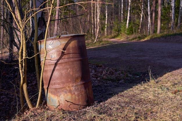 Verroeste vat in een park met bomen