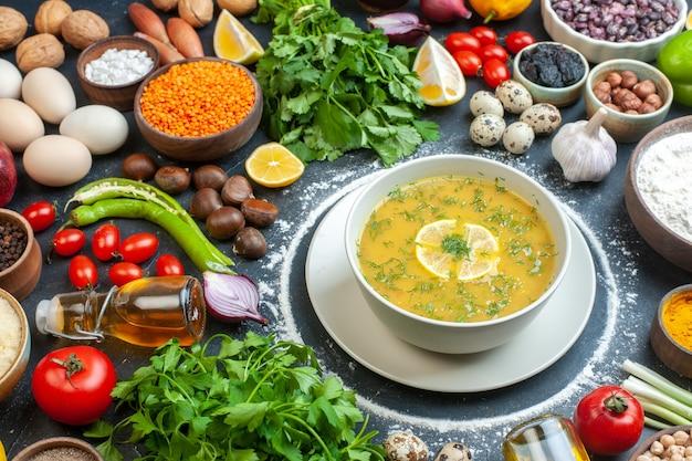 Verrukkelijke soep geserveerd met citroen en groen in een witte kom en bloem tomatenolie fles bloem groene bundels eieren