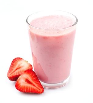 Vers aardbeivruchten en smoothies op wit