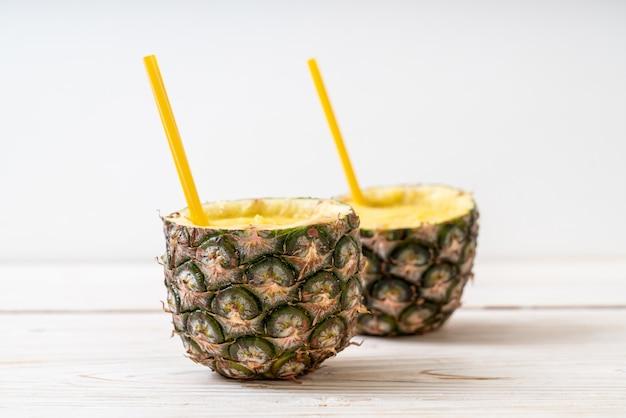 Vers ananas smoothie glas op houten tafel