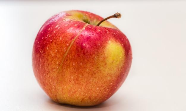 Vers apple dat op witte close-up wordt geïsoleerd