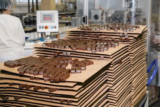 Vers bereide bonbons in de winkel van de zoetwarenfabriek