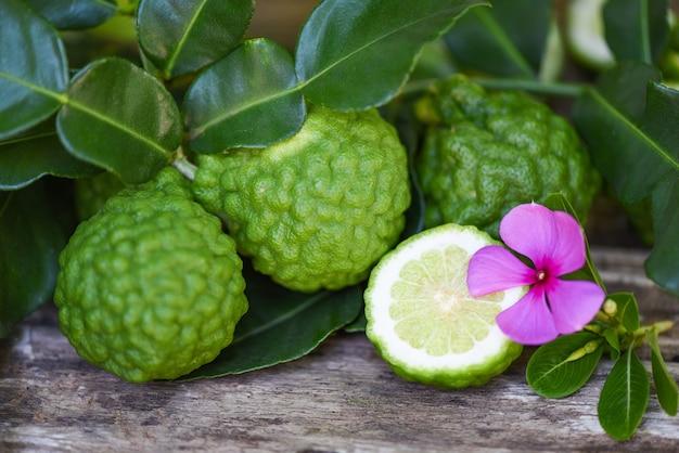 Vers bergamotfruit, kaffir-limoen, citrusbergamia met blad op houten bergamot-citrusvruchten