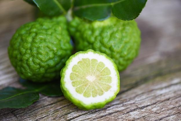 Vers bergamotfruit, kaffir-limoen, citrusbergamia met blad op houten