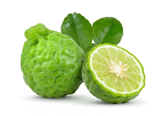 Vers bergamotfruit met bladeren op witte lijst.