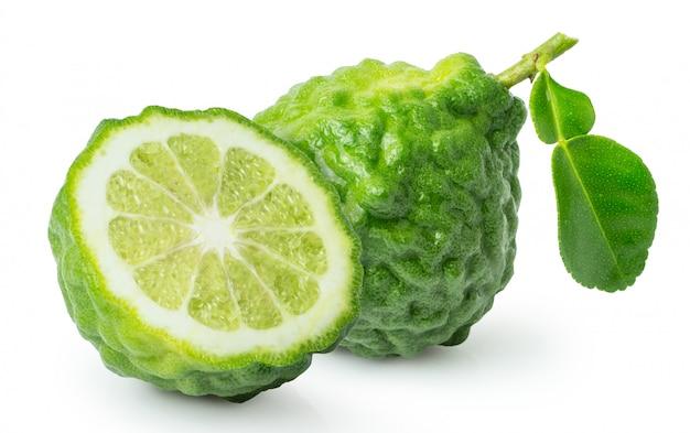 Vers bergamotfruit met gesneden half geïsoleerd op witte achtergrond