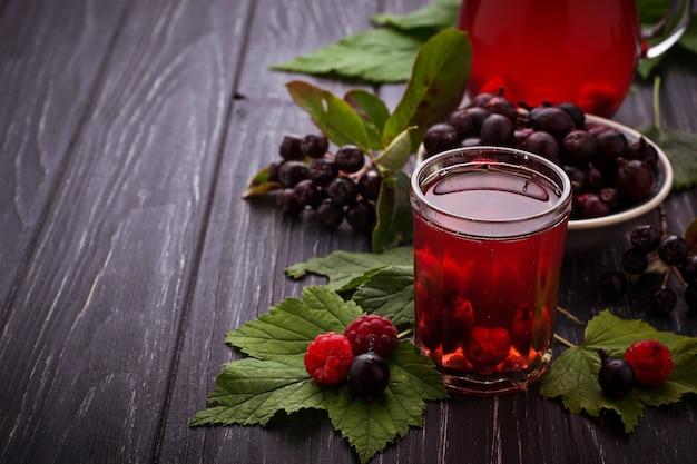 Vers bessendrankje met zwarte bessen en frambozen. selectieve aandacht