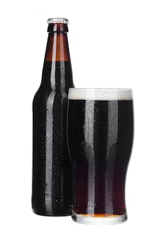 Vers bierglas en flessen dichte omhooggaand geïsoleerd op witte achtergrond