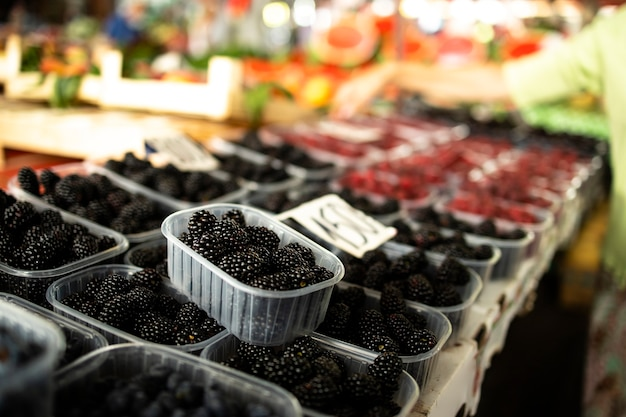 Vers biologisch bramenfruit te koop op de markt.