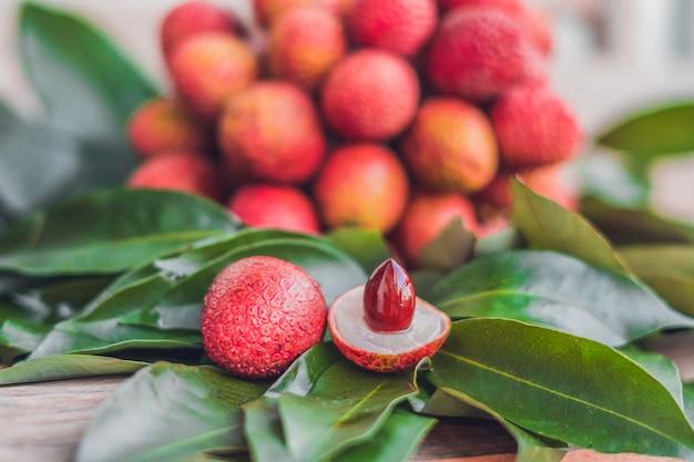 Vers biologisch litchifruit en litchibladeren
