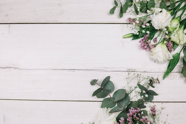 Vers bloemboeket op wit houten bureau