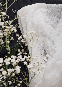 Vers bloemtakje dichtbij witte textiel