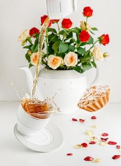 Vers boeket rozen, vliegende cupcake en spatten thee