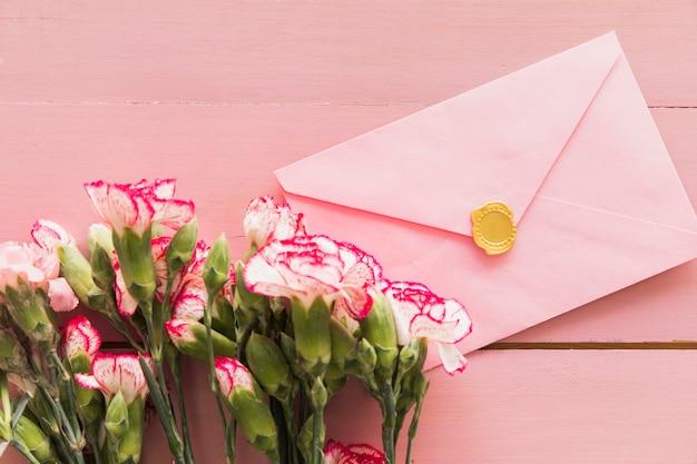 Vers boeket van bloemen dichtbij envelop