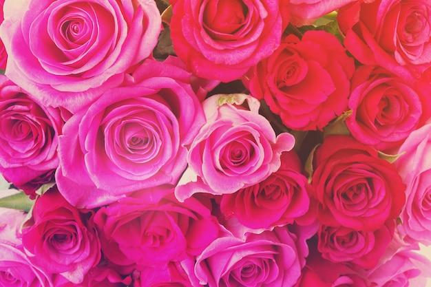 Vers boeket van roze en magenta rozen close-up achtergrond, retro afgezwakt