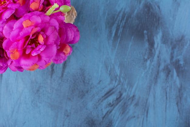 Vers boeket van verse paarse bloemen op blauw.
