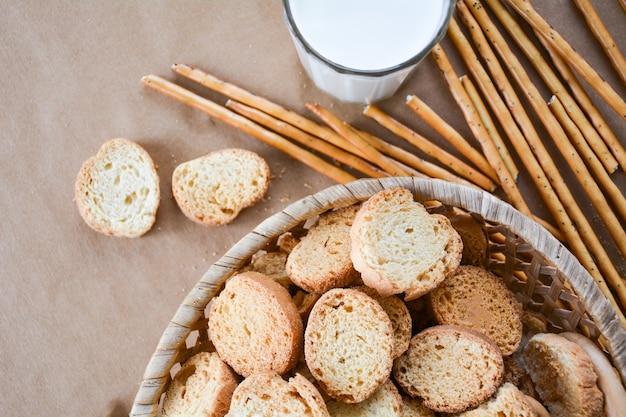 Vers brood en melk voor eten