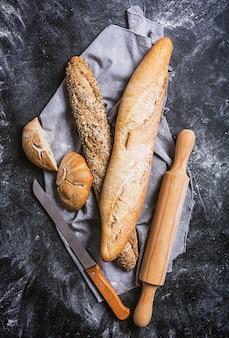 Vers brood en mes op een zwarte achtergrond. bovenaanzicht met kopie ruimte