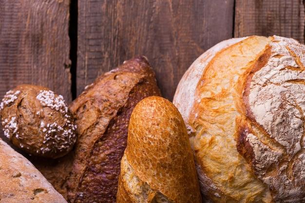 Vers brood en tarwe op de houten