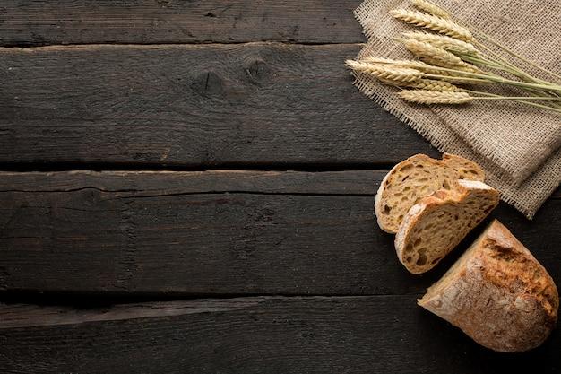 Vers brood en tarwe op hout