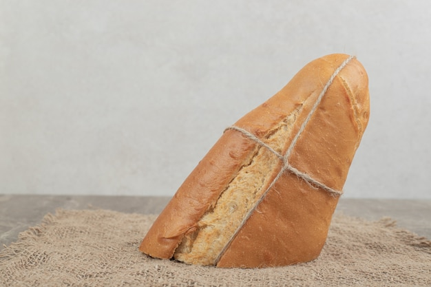 Vers brood gebonden met touw op jute. hoge kwaliteit foto