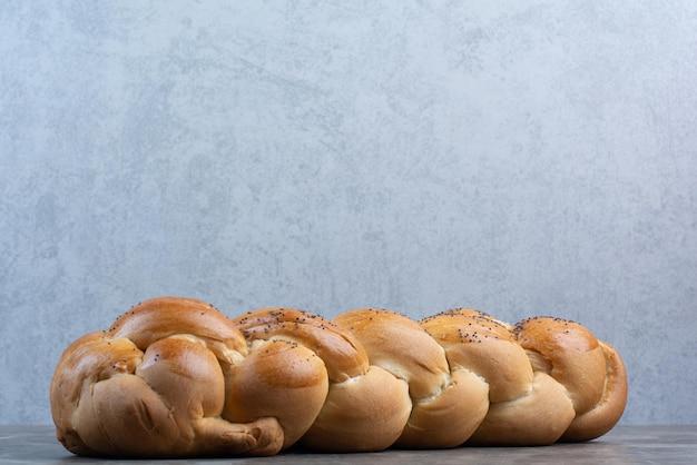Vers brood met maanzaad op marmeren achtergrond. hoge kwaliteit foto