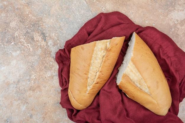 Vers brood met rood tafelkleed op marmeren achtergrond