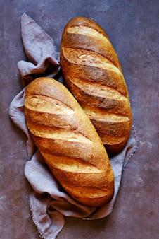 Vers brood op een bruine muur.