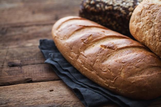 Vers brood op een oude rustieke houten tafel