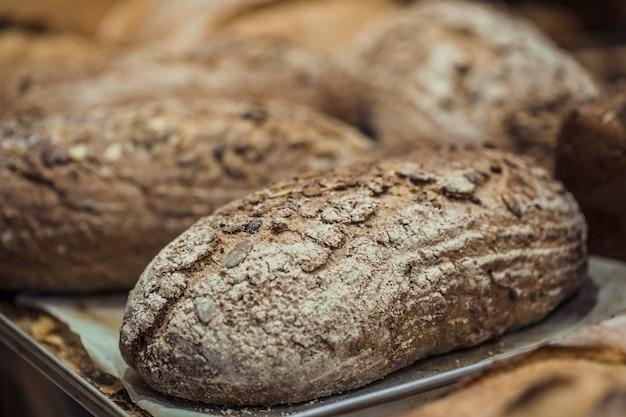 Vers brood op het aanrecht in de winkel