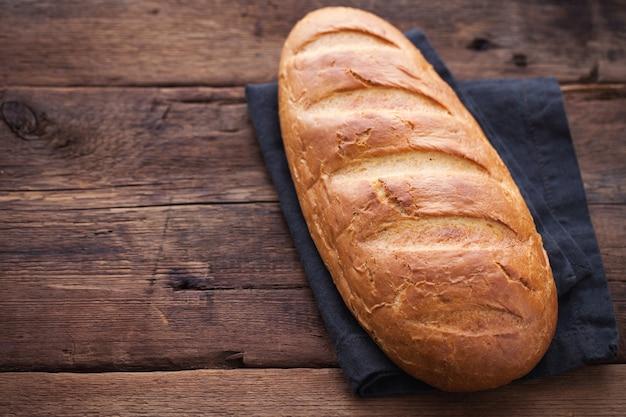 Vers brood op houten tafel.