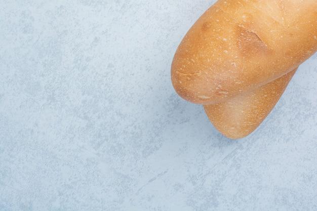 Vers broodbrood op blauwe achtergrond. hoge kwaliteit foto