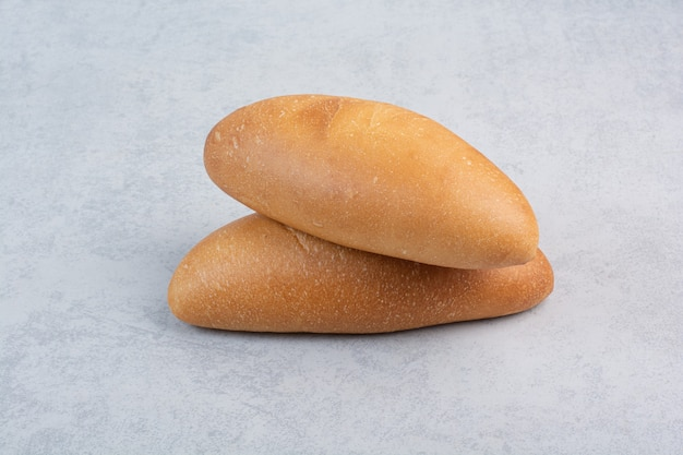 Vers broodbrood op steenoppervlakte