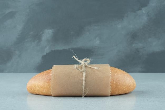 Vers broodje vastgebonden met touw op stenen oppervlak