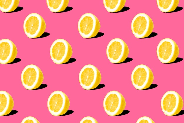 Vers citroen (citroenen) patroon op roze achtergrond. minimaal concept. zomer minimaal concept. plat leggen