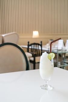 Vers citroenlimoen smoothieglas in café en restaurant
