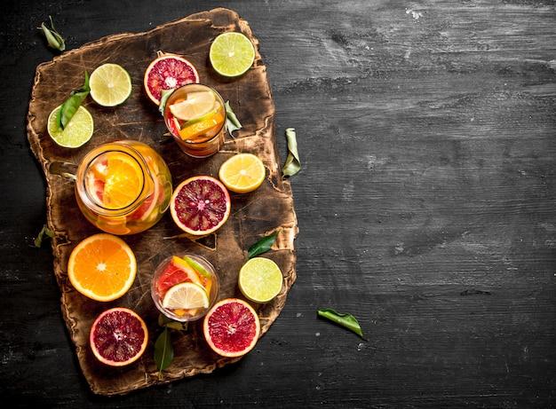 Vers citroensap met plakjes limoenen, sinaasappels, grapefruits en citroenen.