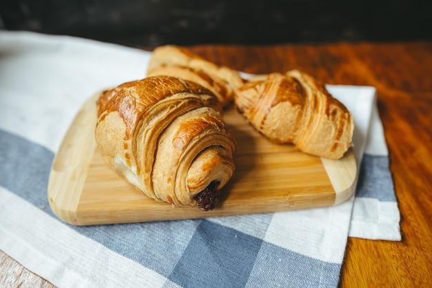 Vers croissant met aardbeijam en aardbeifruit