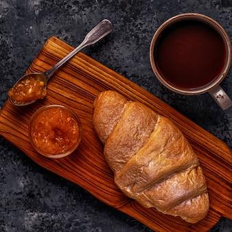 Vers croissant op donkere tafel.