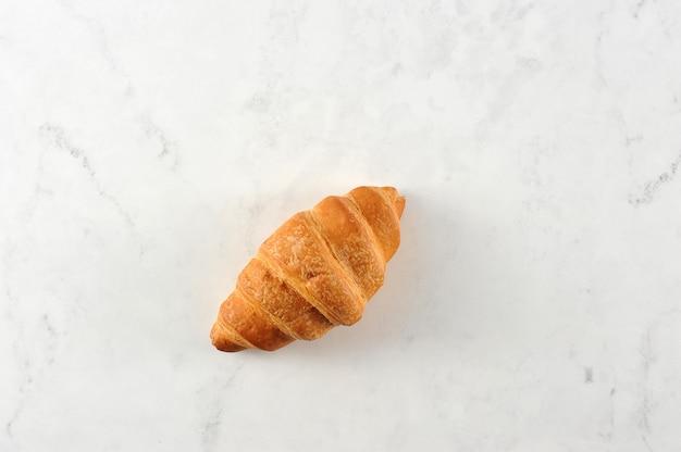 Vers croissant op wit marmer
