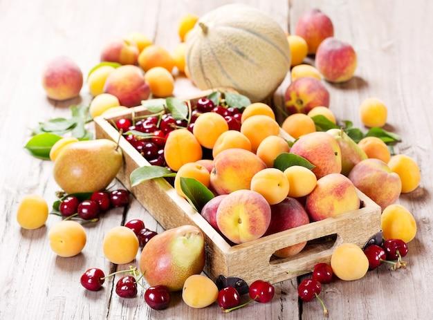 Vers diverse vruchten in houten kist
