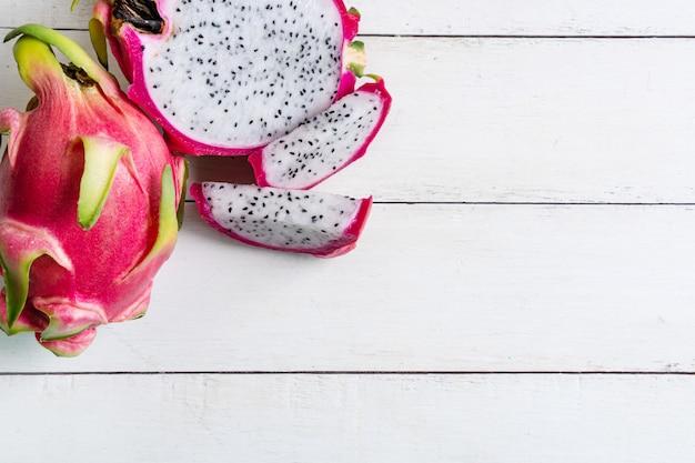 Vers draakfruit dat op witte houten lijst wordt geïsoleerd