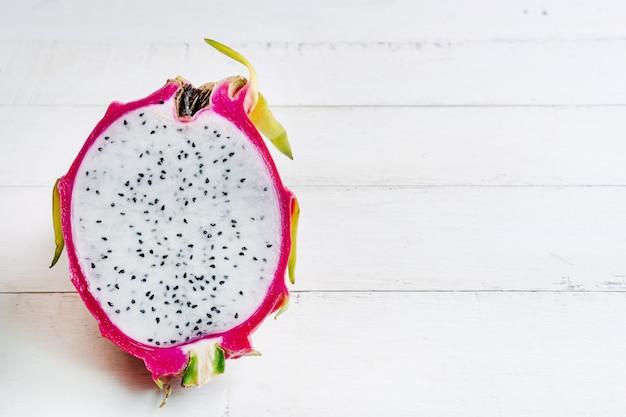 Vers draakfruit op witte houten achtergrond