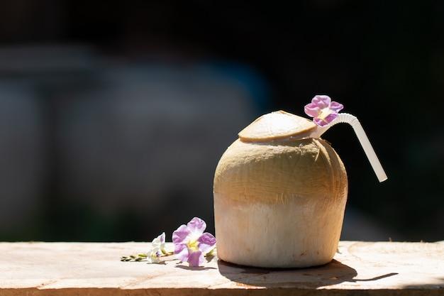 Vers drankje van zoet kokoswater van biologisch product voor zomerdrank