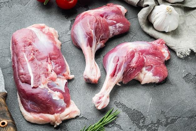 Vers eendenbout en borstvlees met kruiden en ingrediënten