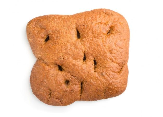Vers eigengemaakt brood dat op witte achtergrond wordt geïsoleerd. bovenaanzicht.